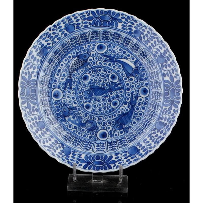 Bellísimo Plato de Porcelana Azul y Blanca con Sello de Kangxi. China, Siglo XVII-XVIII