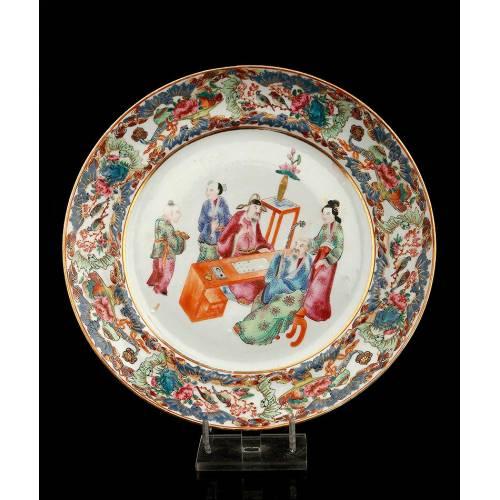 Precioso Plato de Porcelana Familia Rosa, Decorado a Mano. China, Siglo XIX