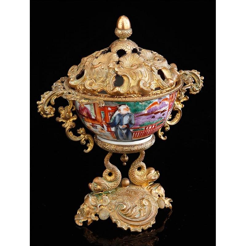 Antiguo Bol Chino de Porcelana sobre Peana de Latón. China, S. XVIII-XIX