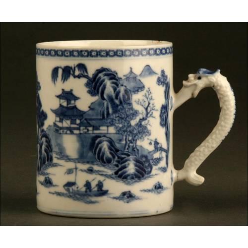Tankard Chino de Porcelana Azul y Blanca. Siglo XIX. Con Asa Tallada y Pintado a Mano