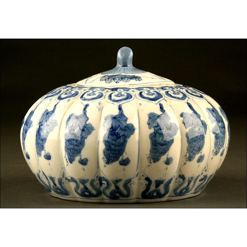 Pieza de porcelana china azul y blanca, S.XX. Lleva marca del período Qianlong. Bien conservada.