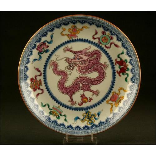 Fino Plato de Porcelana China Decorado a Mano. S. XIX. Con Dragón Central, Símbolos y Murciélagos