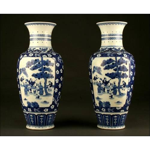 Precioso Par de Jarrones Chinos, Porcelana Azul y Blanca. S. XIX. Sello de Kangxi