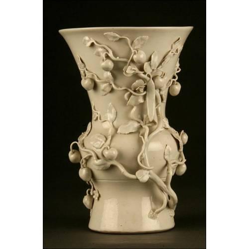 Bello Jarrón de Porcelana Blanca de China. Finales S. XIX. Con Decoración de Melocotones