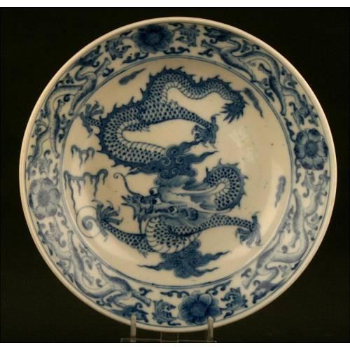 Elegante Plato Chino de Porcelana Blanca y Azul, Finales S. XIX. Con Sello de Guangxu y Dragón Imperial