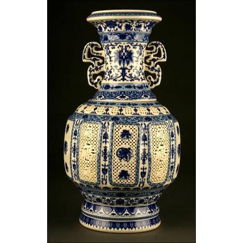 Gran Pieza China de Porcelana Azul y Blanca, Posiblemente un Calentador de Agua. S. XX.