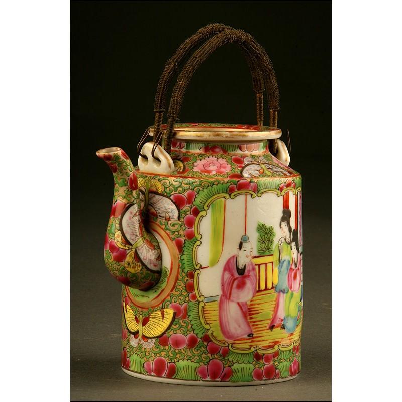 Delicada Tetera China en Porcelana de Cantón para la Exportación. Siglo XX. Decorada a Mano