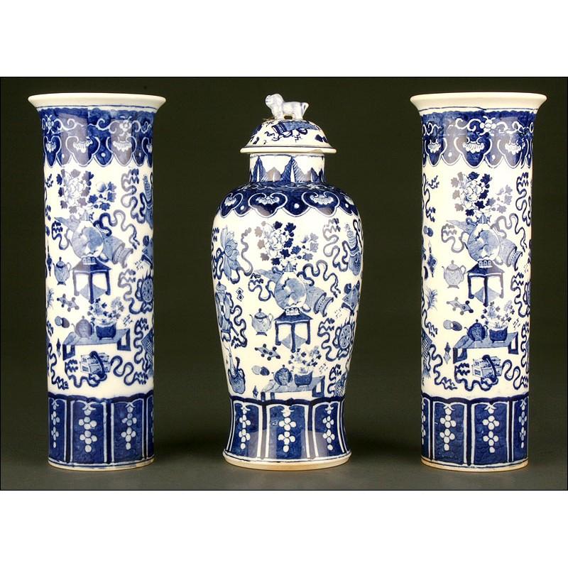 Elegante Conjunto de Urna y Jarrones Chinos en Porcelana Azul y Blanca. Años 40 del s. XX
