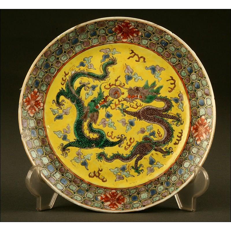 Delicado Chino de Porcelana, Familia Amarilla. Siglo XX. Grabado y Decorado a Mano