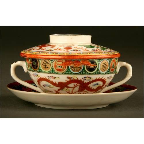 Decorativo Juego de Taza con Tapa y Plato. Porcelana China para la Exportación. Años 50 del s. XX