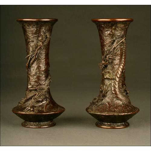 Antiguos Jarrones Chinos de Bronce. Dinastía Qing, S. XIX. Con Motivos de Dragones En Relieve