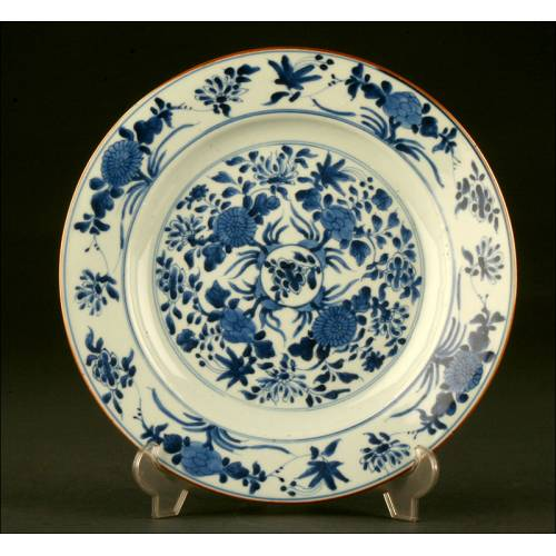 Delicado Plato Chino de Porcelana Azul y Blanca. Probablemente del S. XIX, Dinastía Qing