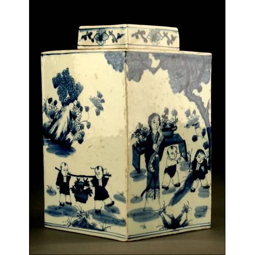 Rara Urna China de Porcelana Azul y Blanca, con Tapa. Dinastía Qing. S. XVIII, Reinado de Kangxi