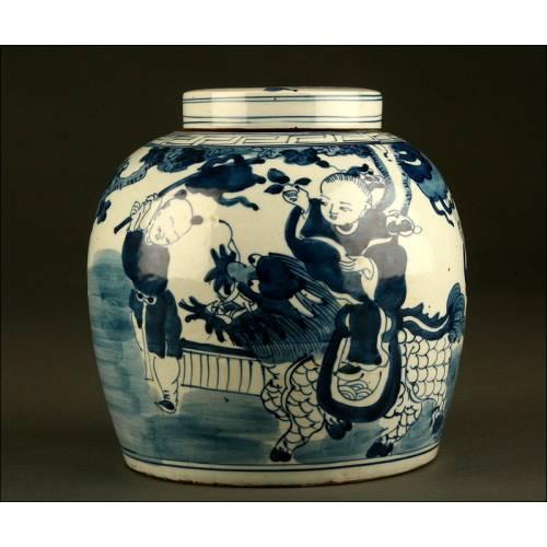 Hermosa Ánfora de Porcelana China Blanca y Azul. Dinastía Qing, S. XVIII-XIX. En Buen Estado