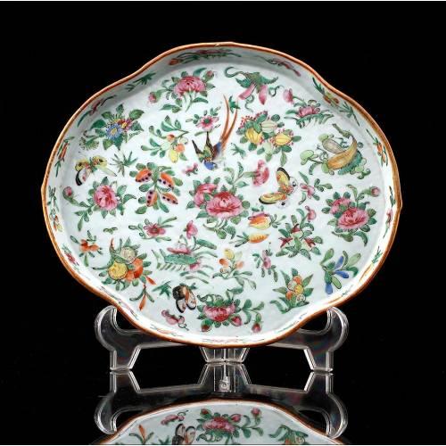 Antigua Fuente China de Porcelana Bellamente Decorada. Siglo XIX-XX. Muy Bien Conservada