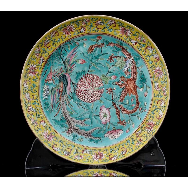 Plato de Porcelana China Familia Rosa Realizado Circa 1900. Decorado a Mano y en Perfecto Estado