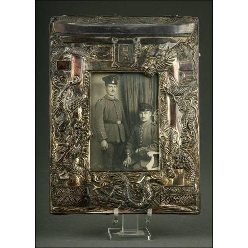Marco Chino de Metal Plateado de Finales del S. XIX. Decorado a Mano con Relieves de Dragones