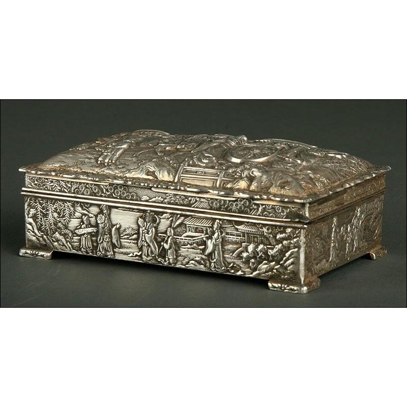 Caja China Revestida con Metal Plateado, Mediados del S. XX. Decorada a Mano con Relieves