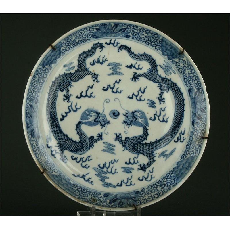 Delicado Plato Chino de Porcelana Azul y Blanca, Mediados del Siglo XIX. Decorado a Mano