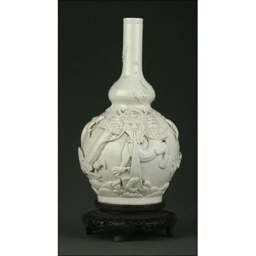 Jarrón Chino de Porcelana Blanca Tallada Realizado por Wang Bing Rong. S. XIX. En Perfecto Estado