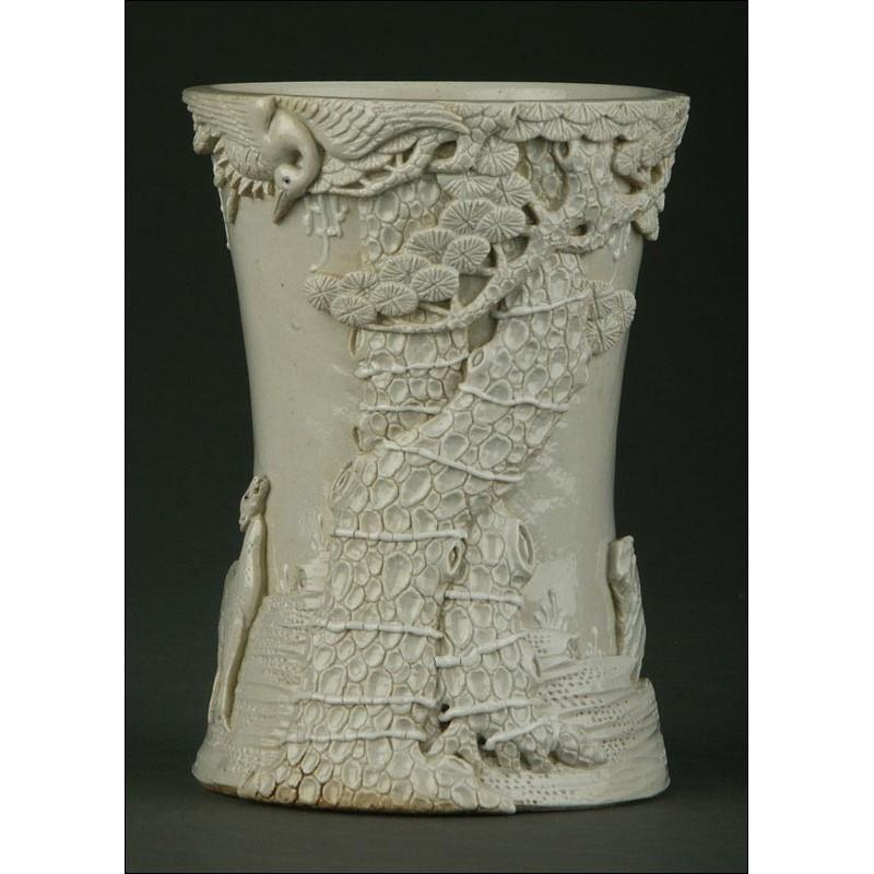 Exclusivo Bote Chino para Lápices de Cerámica Blanca, Circa 1900. Con Decoración Tallada a Mano