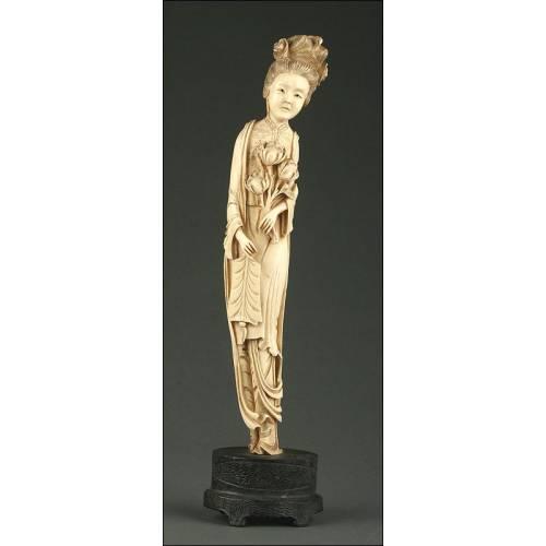 Antigua Figura China sobre Peana de Madera, Circa 1900. Pasta de Marfil
