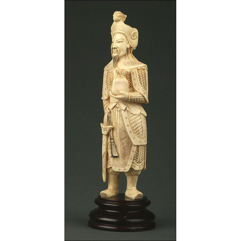 Figura China Sobre Peana de Madera, Circa 1900. Pasta de Marfil y Decorada a Mano
