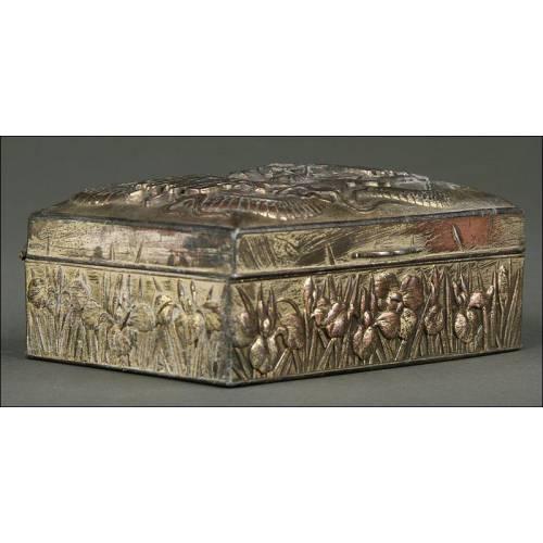 Caja China de Metal Plateado, Circa 1900. Completamente Decorada con Relieves Realizados a Mano