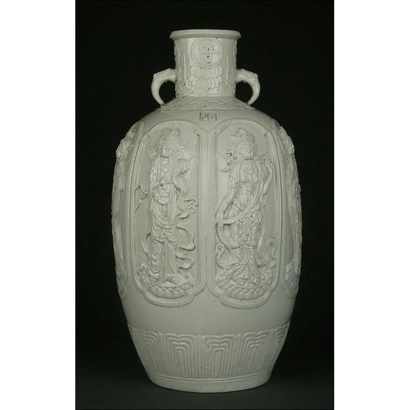 Urna China de Porcelana Blanc de Chine, Siglo XIX. Decorada con Varias Imágenes de Guanyin