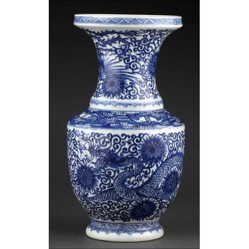 Clásico Jarrón Chino de Porcelana Azul y Blanca, Decorado a Mano. Marca de Kangxi
