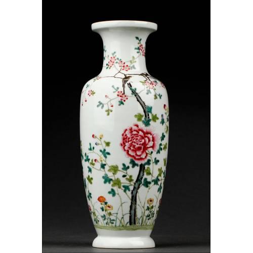 Elegante Jarrón Chino de Porcelana, Decorado a Mano con Motivos Florales. Marca de Qianlong