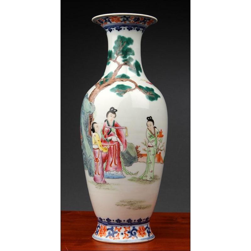 Precioso Jarrón Chino de Porcelana Pintada a Mano con Escena Campestre. Marca de Jiaqing