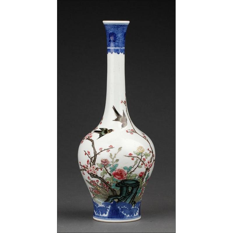 Estilizado Jarrón Chino de Porcelana con Decoración Pintada a Mano. Marca de Guangxu en la Base