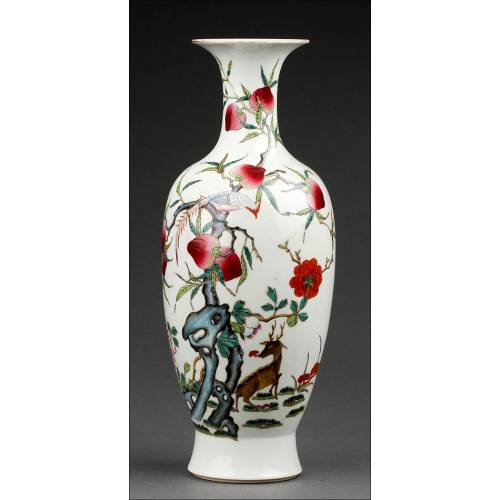 Hermoso Jarrón Chino de Porcelana, Decorado a Mano con Escena Naturalista. Marca de Jiaqing