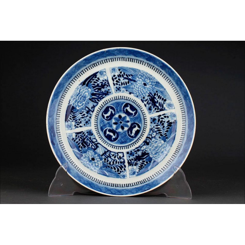 Delicado Plato Chino de Porcelana Azul y Blanca, Pintado a Mano. Con Marca de Kangxi
