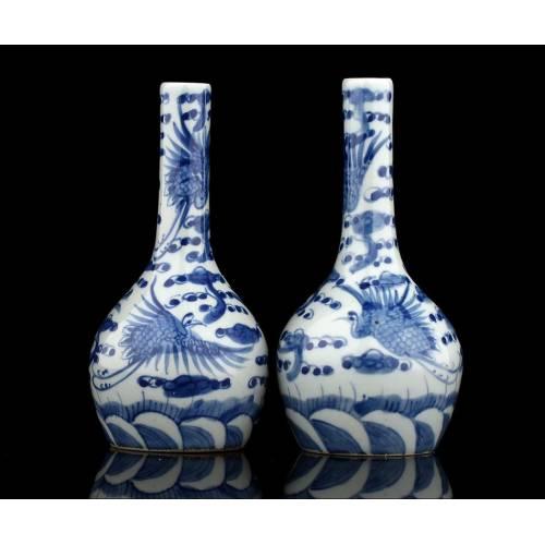 Pareja de Jarrones Chinos Realizados en el Siglo XVIII. Decoración en Espejo y Marca de Qianlong