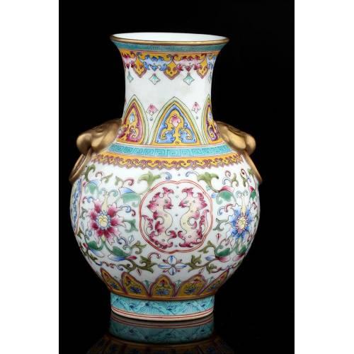 Jarrón Chino de Porcelana Decorada con Relieves y Pintada a Mano. Siglo XVIII. Marca de Qianlong