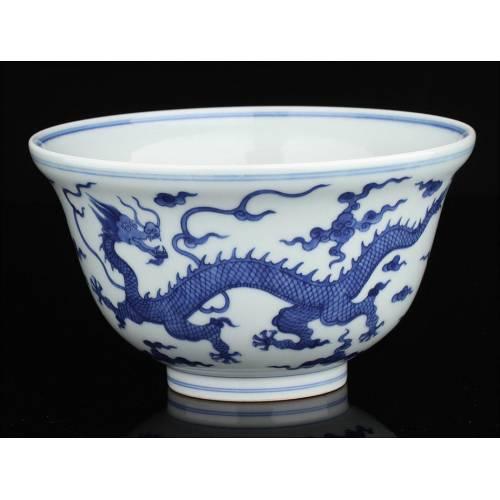 Cuenco Chino de Porcelana Blanca y Azul Decorado con Dragones. Siglo XVIII.  Marca de Qianlong
