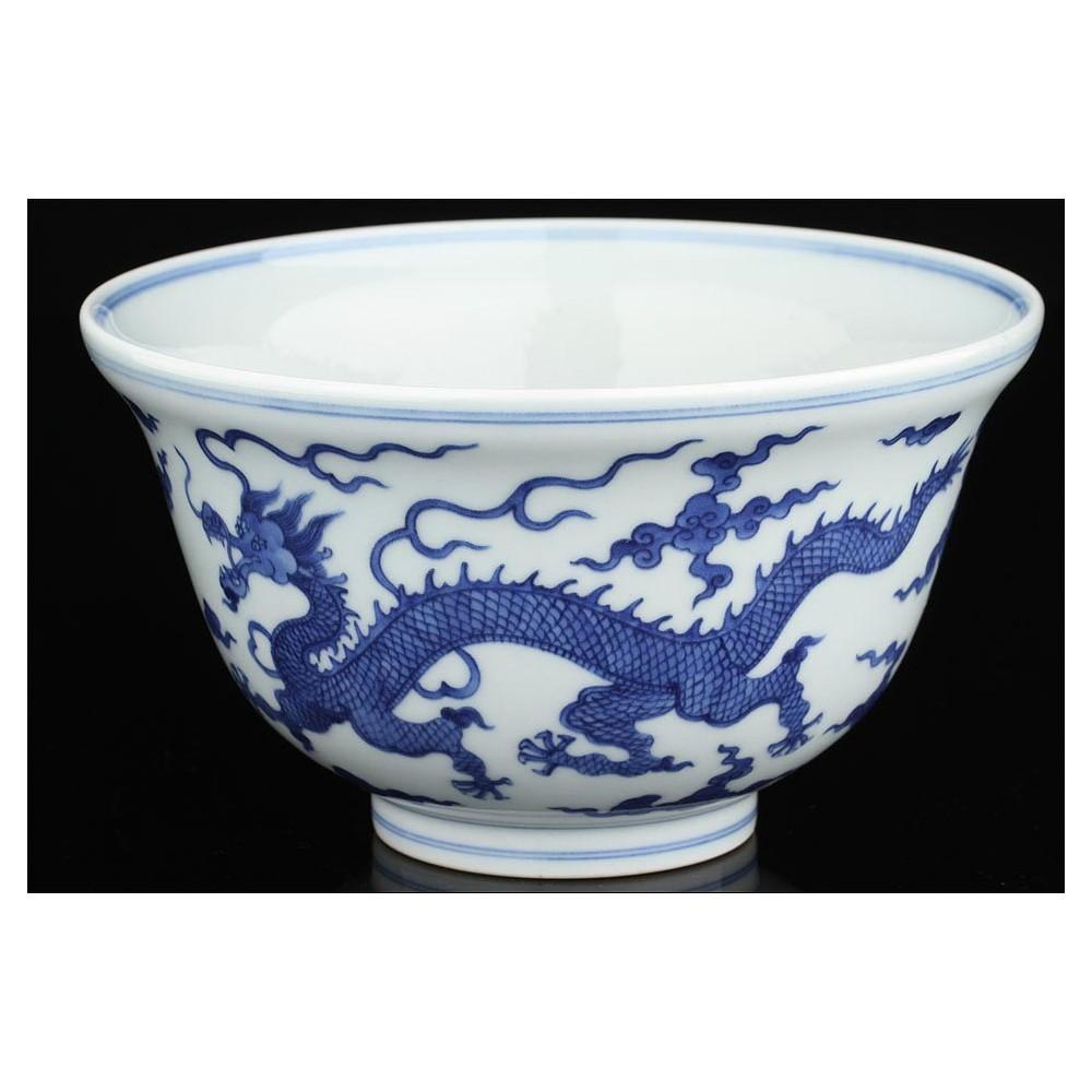 Cuenco chino de porcelana blanca y azul decorado con for Marcas de vajillas de porcelana