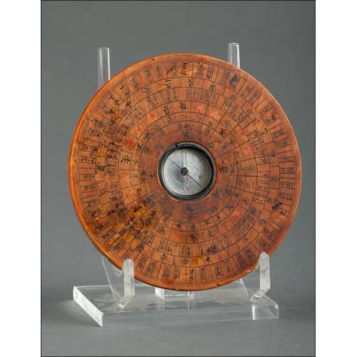 Brújula China de Madera Caligrafiada a Mano por Ambas Caras. Siglo XIX. En Perfecto Funcionamiento