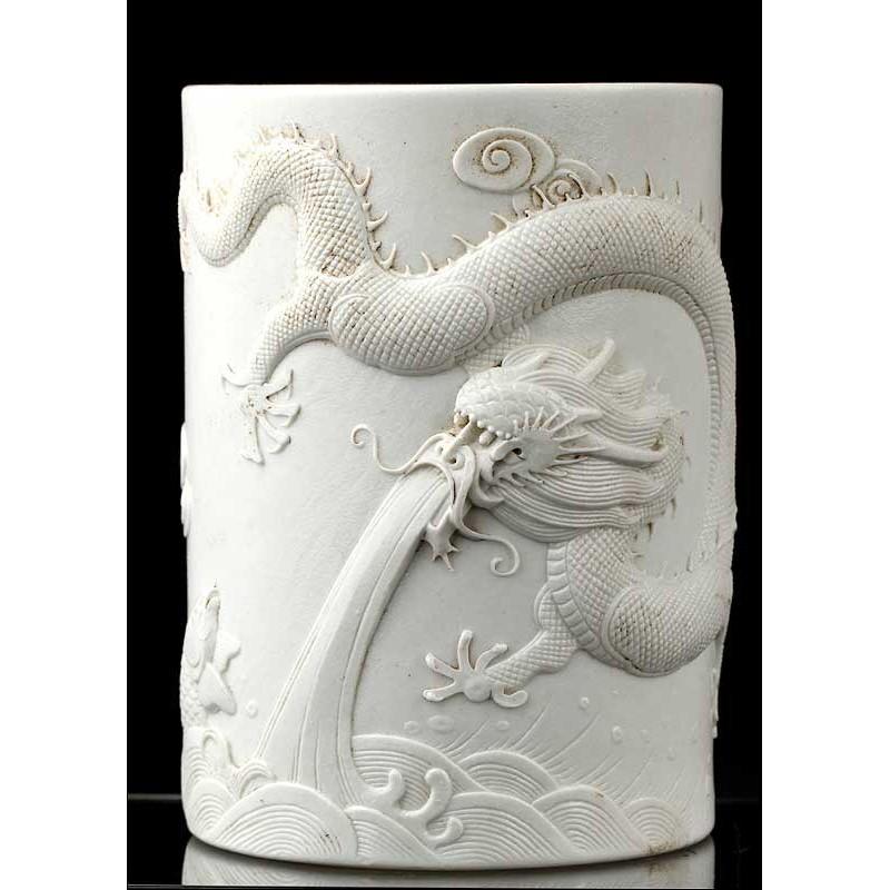 Bote Chino Para Pinceles en Porcelana Tallada. Obra de Wang Bingrong, Circa 1890
