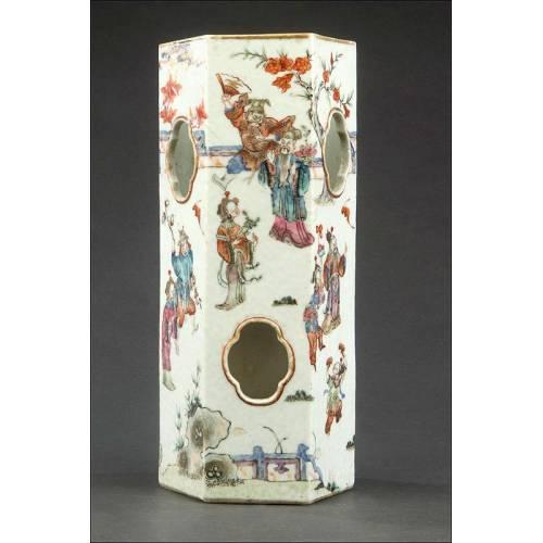 Soporte de Pelucas Chino en Porcelana Pintada a Mano. Siglo XIX, con Sello de la Dinastía Qing
