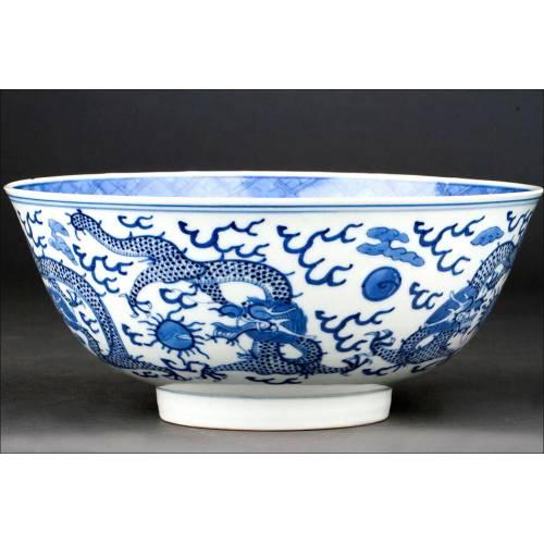 Estilizado Cuenco Chino de Porcelana Blanca y Azul. Decorado a Mano y con Marca de Kangxi