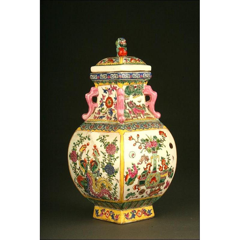 Decorativa Pieza China de Porcelana Pintada a Mano. Con marca de Kangxi. Siglo XX