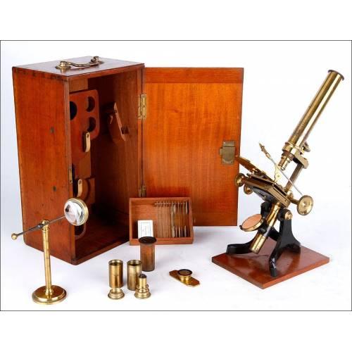 Completo Microscopio Antiguo con Pletina Mecánica para Muestras. Inglaterra, Circa 1880
