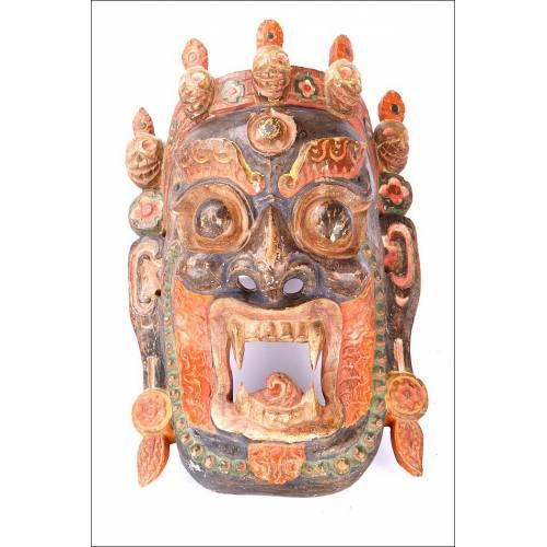 Atractiva Máscara Tallada y Policromada. Sudeste Asiático, circa 1900