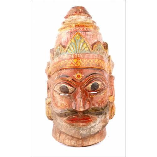 Magnífica Máscara de Madera Antigua Tallada y Policromada a Mano. Sudeste Asiático, Años 30