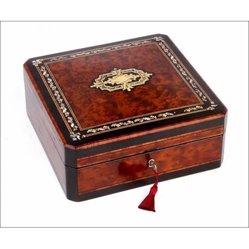 Preciosa Caja de Madera de Raíz con Marquetería Boulle. Francia, Siglo XIX