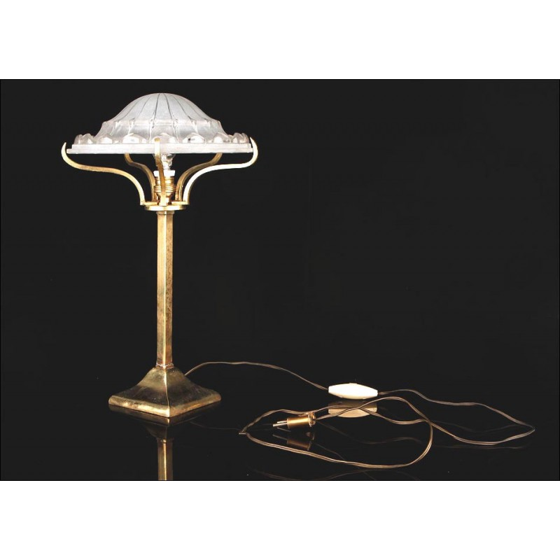Elegante Lámpara Art Déco en Buen Estado de Conservación. Europa, Años 30-40