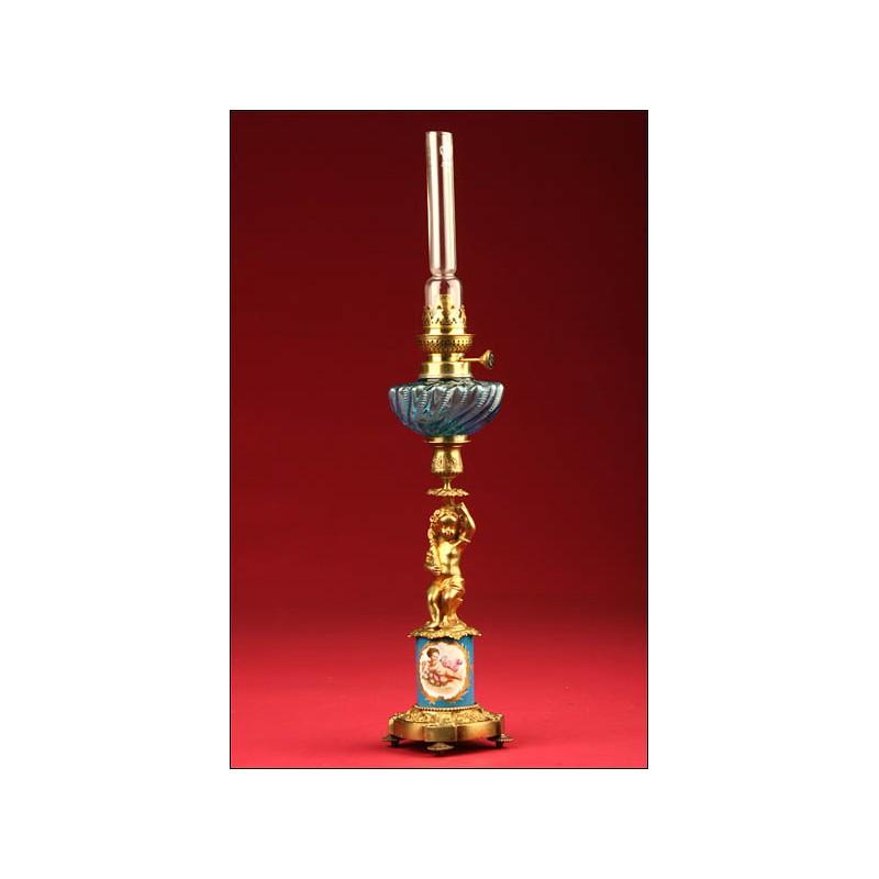 Preciosa Lámpara de Petróleo en Bronce y Porcelana. S. XIX